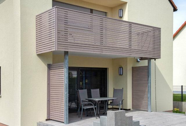 Moderna ringhiera per balcone in alluminio con traverse semitrasparenti - Balcone in alluminio Alu Design Merida