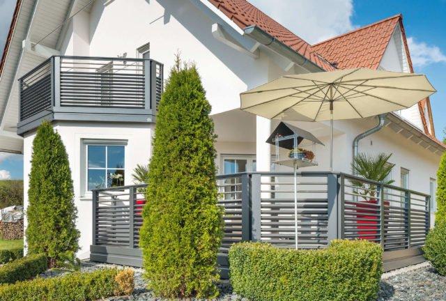 Gemütliche Sonnenterrasse mit Sonnenschirm und Alu Design Barcelona Balkon