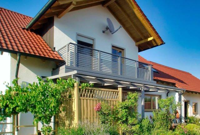 Niedliches Einfamilienhaus renoviert mit Alu Design Cordoba Balkongeländer