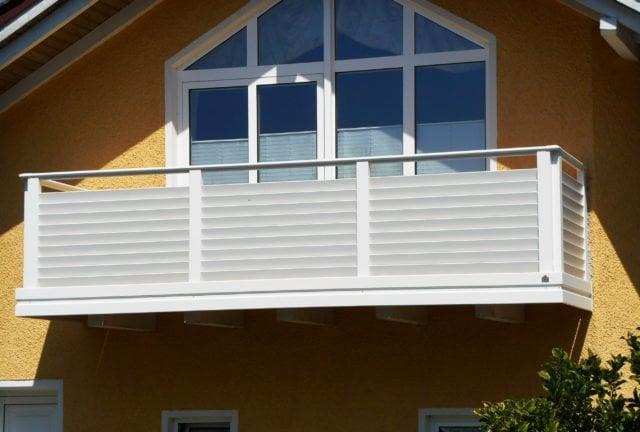 Balcone privato con doghe orizzontali inclinate come riempimento e corrimano in acciaio inossidabile - Balcone in alluminio Alu Design Villach