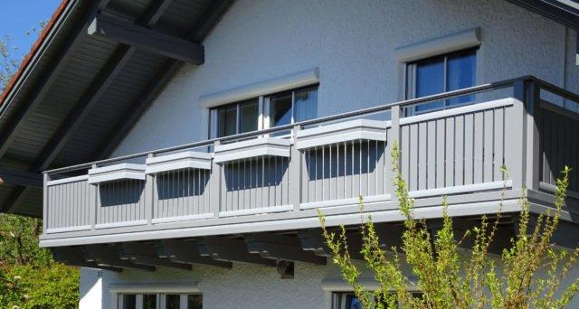 Ringhiera del balcone in alluminio senza tempo con corrimano in acciaio inossidabile - Balcone in alluminio Alu Classic Vilshofen