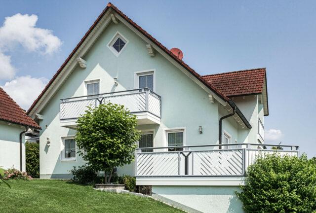 Ringhiera classica del balcone con doghe diagonali e decorazione - Balcone in alluminio Alu Select Pisa